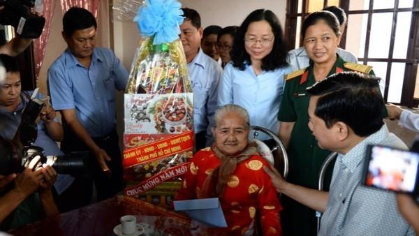 Bí thư Thành ủy TP.HCM Đinh La Thăng thăm mẹ Việt Nam Anh hùng Nguyễn Thị Em - Ảnh: Tuổi Trẻ