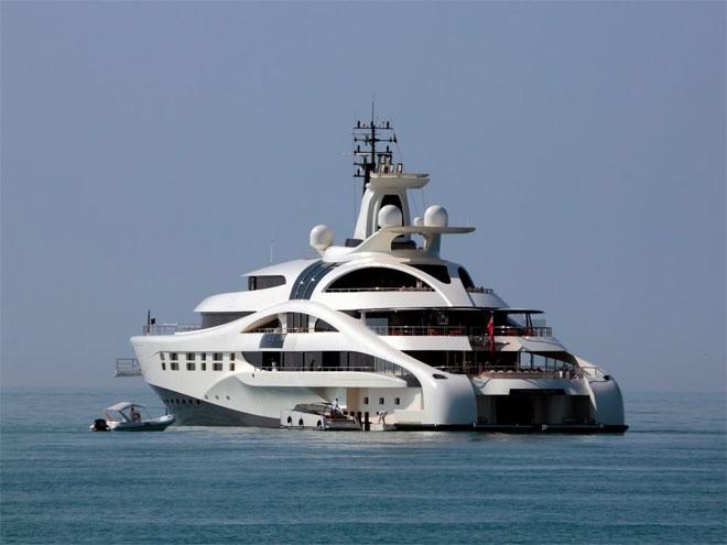 <b>Du thuyền</b></div> <div>Giới siêu giàu là những người có đủ khả năng để sở hữu một ngôi nhà trên biển. Doanh số du thuyền trên thế giới đã tăng 66% trong thời gian 2009-2014. Tỷ phú Nga Roman Abramovich là người may mắn khi sở hữu chiếc The Eclipse, du thuyền đắt nhất thế giới. Do đây là du thuyền đắt nhất, nên không ai có thể nói chính xác nó có giá bao nhiêu, mà chỉ đoán giá dao động trong khoảng 450 triệu USD đến 1,2 tỷ USD.