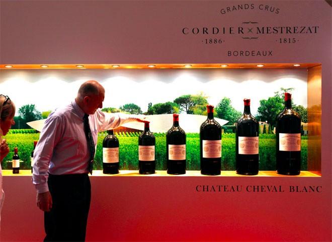 <b>Rượu vang</b></div> <div>Giới siêu giàu không chỉ thích uống những loại rượu vang hảo hạng, mà còn xem đây là một kênh đầu tư. Luxury index cho thấy giá rượu vang đã tăng 241% trong thập kỷ qua. Theo báo cáo, nhiều chai rượu Bordeaux hạng đầu tư giờ đã bắt đầu tăng giá trở lại sau một thời gian giảm giá mạnh do nhu cầu suy giảm của Trung Quốc.