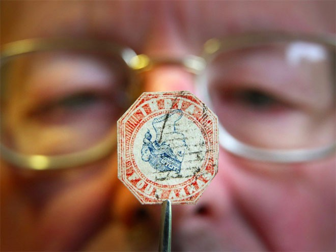 """<b>Tem</b></div> <div>Cũng giống như đối với tiền xu, giới siêu giàu thích sưu tập những con tem quý hiếm. Tem quý đã tăng giá 166% trong vòng 1 thập kỷ qua. Con tem đắt giá nhất thế giới hiện nay là con tem """"British Guiana 1 Cent Magenta"""", được phát hành vào năm 1856, có giá 8,9 triệu USD."""