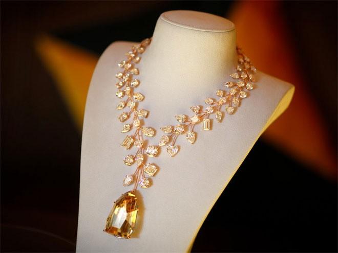 <b>Trang sức</b></div> <div>Dù cất trong két sắt hay đeo trên người, nữ trang luôn là thứ mà giới siêu giàu ưa chuộng, bởi nữ trang không chỉ đẹp mà còn là một kênh đầu tư an toàn. Giá nữ trang đã tăng 155% trong thập kỷ qua. Chiếc dây chuyền kim cương L'Incomparable (ảnh) là món trang sức đắt nhất từng được bán từ trước đến nay, với giá 55 triệu USD.