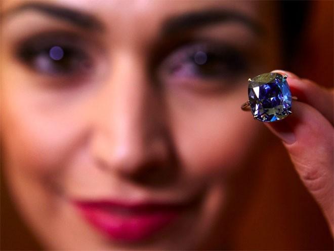 <b>Kim cương màu</b></div> <div>Những viên đá quý không bao giờ vắng mặt trong danh sách những thứ mà tầng lớp siêu giàu ưa chuộng. Đặc biệt, trong thập kỷ qua, giới siêu giàu ngày càng thích kim cương màu, khiến giá của những viên kim cương này tăng giá 67%. Viên kim cương đắt giá nhất thế giới từng được bán là viên Wittelsbach-Graff, bán với giá 80 triệu USD vào năm 2011.