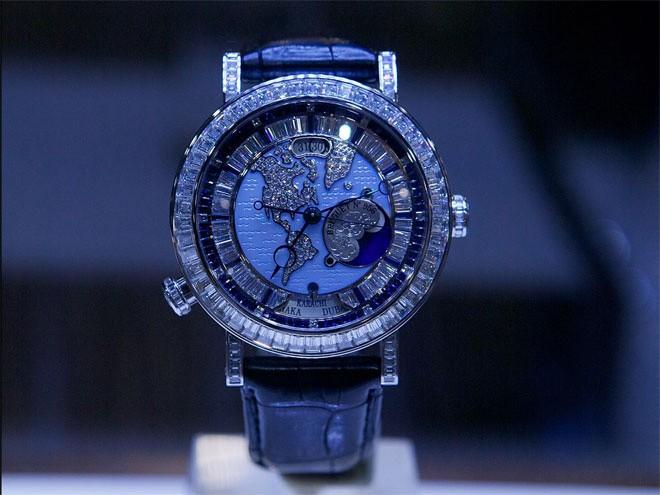<b>Đồng hồ</b></div> <div>Trong kỷ nguyên của điện thoại thông minh (smartphone), vai trò của đồng hồ đeo tay có phần nào suy giảm Tuy nhiên, những người siêu giàu vẫn chuộng sử dụng những chiếc đồ hồ đắt tiền để xem giờ. Giá đồng hồ cao cấp đã tăng 67% trong 10 năm qua. Chiếc The Breguet Grande Complication Marie-Antoinette được cho là chiếc đồng hồ đắt nhất thế giới, với mức giá vào khoảng 30 triệu USD.