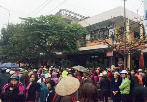 Người dân sau đó kéo tới UBND phường Trường Sơn, thị xã Sầm Sơn để yêu cầu làm rõ nhóm thanh niên lạ mặt hành hung người dân
