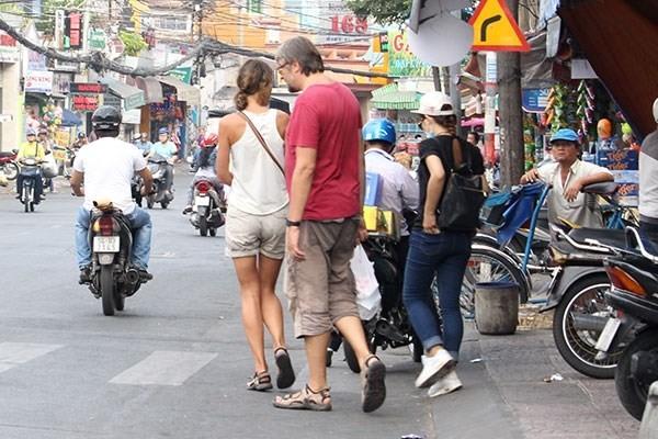 Vì sao khó đòi vỉa hè cho người đi bộ?