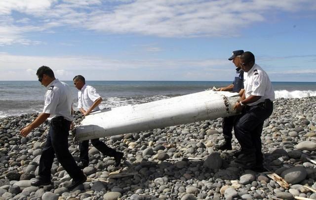 Nhân viên điều tra di dời cánh tà máy bay được phát hiện trên đảo Reunion hồi tháng 7/2015. Ảnh: Reuters