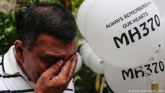 Dù rất đau khổ, nhiều gia đình vẫn sống trong chờ đợi và hy vọng khi nhiều câu hỏi về MH370 vẫn chưa được giải đáp. Ảnh: DPA