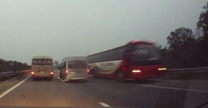 Xử phạt nghiêm xe khách đi ngược chiều trên cao tốc Nội Bài - Lào Cai
