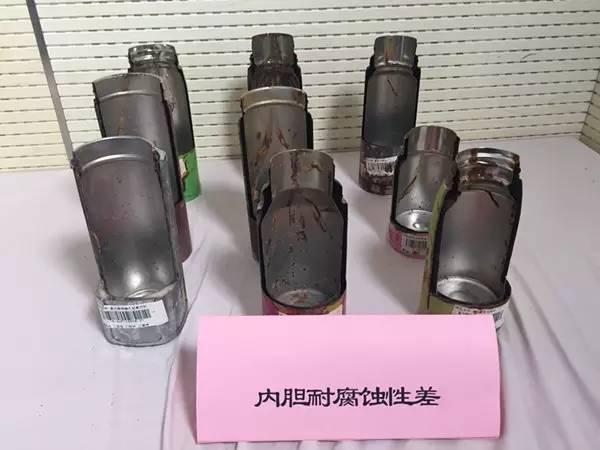 Sản phẩm bình giữ nhiệt không đạt tiêu chuẩn chất lượng bị phanh phui trong lần thí nghiệm.