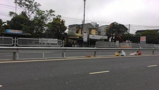 Một tấm lưới khác cạnh đó cũng bị tháo, vứt xuống đường