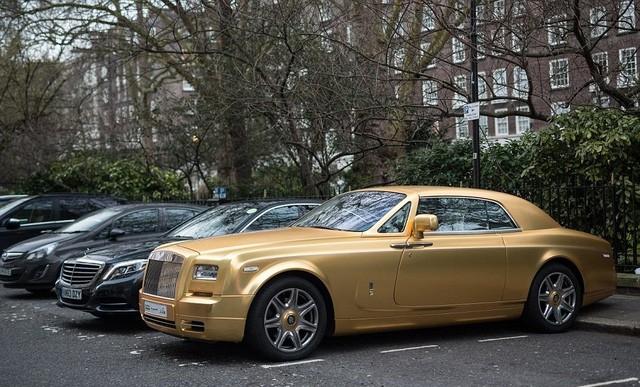 Những bức ảnh này cho thấy mùa siêu xe tại thành phố này đã bắt đầu. Hằng năm, đây là thời điểm nhà giàu Ảrập di chuyển tới Anh để tránh cái nóng của Trung Đông, và dạo phố bằng những chiếc xế đắt đỏ.