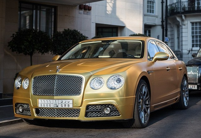 Những chiếc xe này bị bắt gặp đỗ bên ngoài khách sạn 5 sao Mandarian Oriental gần công viên Hyde Park, sau đó được lái qua Kensington đến phố Cadogan Place. Đây là nơi giá nhà trung bình trên 2,5 triệu bảng.