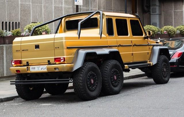 Người này đã chở đến đây cả dàn xế mạ vàng trị giá hơn 1 triệu bảng vào cuối tuần trước. Những chiếc xe này gồm Mercedes G63 (370.000 bảng), Bentley Flying Spur (220.000 bảng), Rolls-Royce (350.000 bảng) và Lamborghini Aventador SV (350.000 bảng).