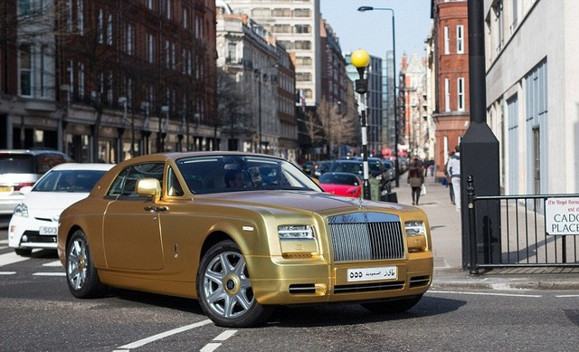 Hiện chưa rõ chủ nhân những chiếc xe này mất bao nhiêu tiền để mạ vàng chúng. Tuy nhiên, các số liệu tham khảo cho thấy giá vào khoảng 4.000 bảng mỗi chiếc.