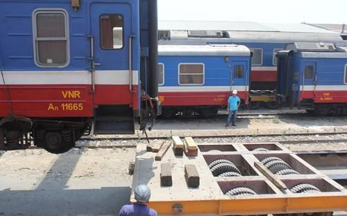 Mỗi xe sơ mi - rơ móc đảm nhiệm vận chuyển 1 toa tàu