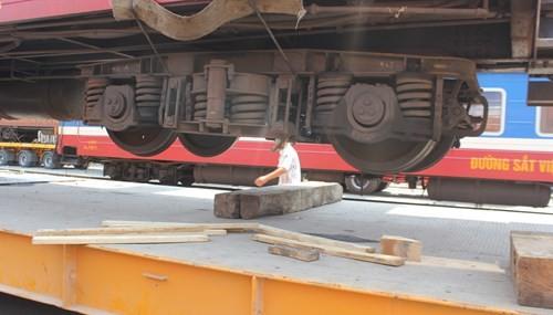 Các bánh xe chuẩn bị tiếp cận xe