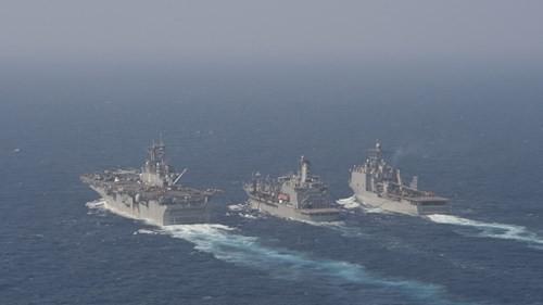 Giáp mặt trên Biển Đông, tàu chiến Mỹ và Trung Quốc khen... trời đẹp - ảnh 2