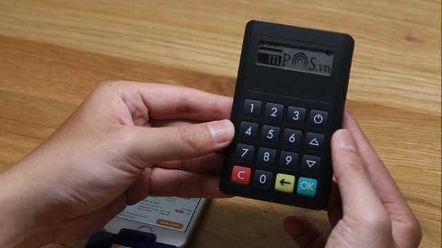 Thiết bị mPOS kết nối qua bluetooth. Thiết bị này có thêm bàn phím để nhập mã PIN và có khả năng đọc được các thẻ có kết nối NFC. Nguồn: Tinhte.vn.