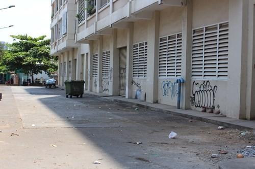 Tầng trệt chung cư bỏ hoang và ngập rác - Ảnh: Vũ Phượng