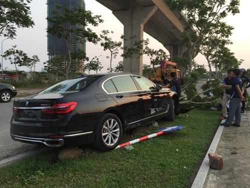 Khách hàng lái thử xe BMW, xe hạng sang 5 tỉ đồng nát đầu - ảnh 1