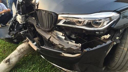 Khách hàng lái thử xe BMW, xe hạng sang 5 tỉ đồng nát đầu - ảnh 5