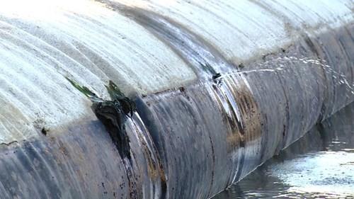 'Vá' đập cao su đang trữ...10 triệu mét khối nước bằng nêm gỗ quấn màn tuyn - ảnh 1