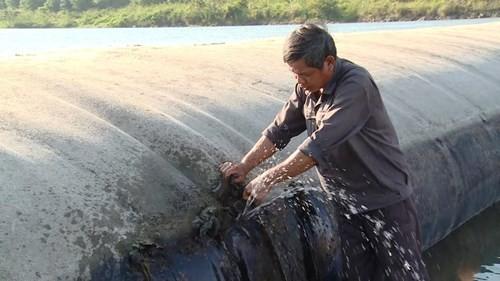 'Vá' đập cao su đang trữ...10 triệu mét khối nước bằng nêm gỗ quấn màn tuyn - ảnh 3