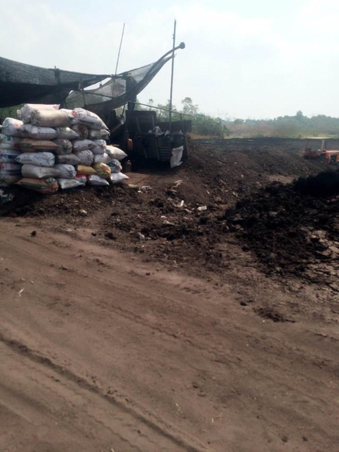 Khu vực lấy than bùn của Công ty Lê Sơn Thịnh vào sáng 14.4 - Ảnh: H.T