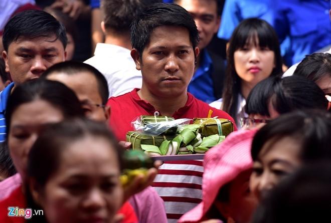 Nguoi Sai Gon dang banh chung len Vua Hung hinh anh 10
