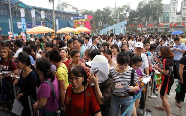 Sang đến ngày 15/4, lượng người đến mua vé máy bay giá rẻ tại hội chợ tăng lên gấp đôi
