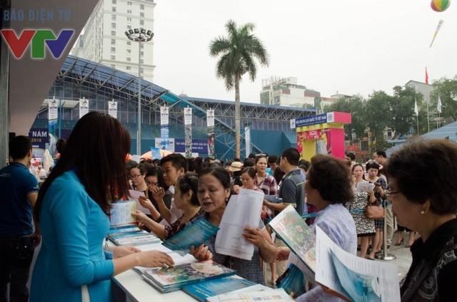 Dù trong ngày 14/4, hội chợ chưa mở cửa cho người dân vào mua tour, nhưng gian hàng vé máy bay giá rẻ của hãng Việt Nam Airlines đã kín chỗ