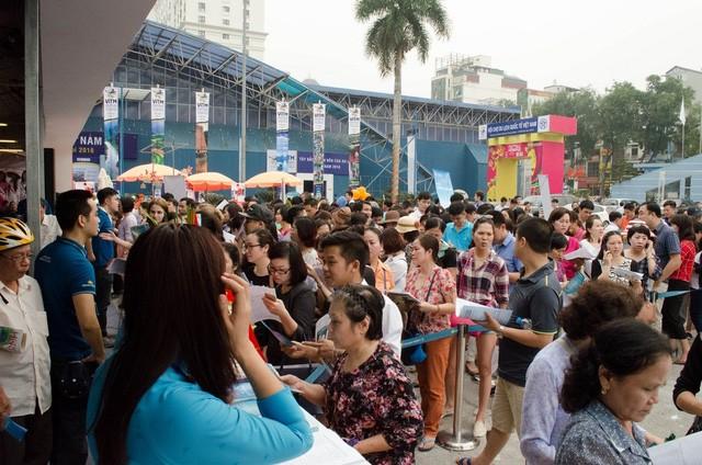 Trong ngày khai mạc hội chợ, lượng lớn người đến xếp hàng mua vé may bay giá rẻ từ sáng sớm