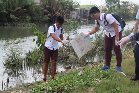 Lạ lùng người Tây vác bao lụm rác ở Sài Gòn 2