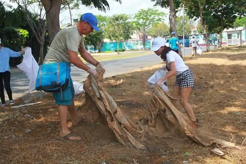 Lạ lùng người Tây vác bao lụm rác ở Sài Gòn 4