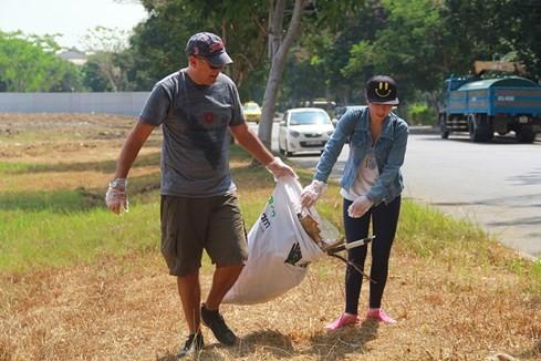 Lạ lùng người Tây vác bao lụm rác ở Sài Gòn 5