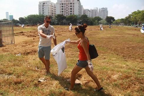 Lạ lùng người Tây vác bao lụm rác ở Sài Gòn 6