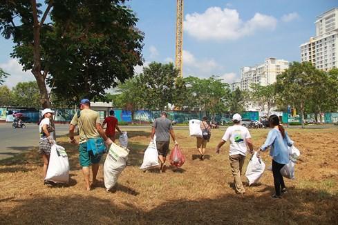 Lạ lùng người Tây vác bao lụm rác ở Sài Gòn 8