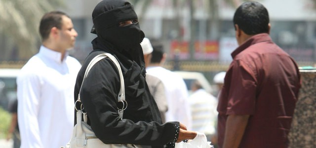 Hình ảnh một người ăn mày trên đường phố Dubai.