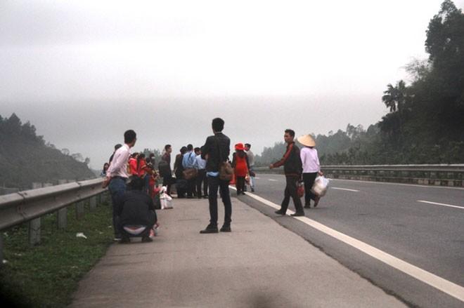 Tháo hộ lan, lao ra đường bắt xe khách trên cao tốc Nội Bài - Lào Cai