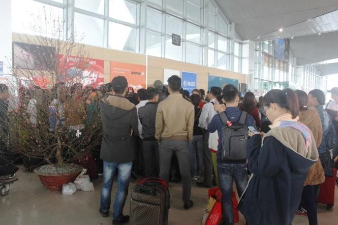 Nhiều khách tập trung tại quầy làm thủ tục của hãng hàng không VietJet Air - sân bay Vinh la ó, bức xúc yêu cầu hãng sớm giải quyết khiến khu vực này trở nên hỗn loạn.