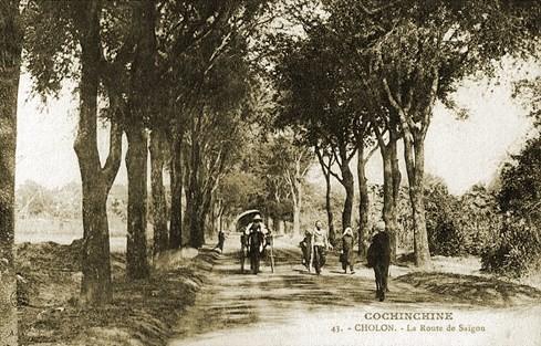 """Bức ảnh """"La Route de Saigon"""" chụp đầu thế ỷ 20, nay là đường Nguyễn Trãi - Ảnh tư liệu của nhiếp ảnh gia Tam Thái"""