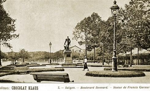 Quảng trường trước Nhà hát thành phố nhìn ra đại lộ cây xanh Bonnard (nay là đường Lê Lợi, quận 1). Hàng cây cổ thụ bên phải, nằm trước hành lang Eden - Ảnh tư liệu của nhiếp ảnh gia Tam Thái
