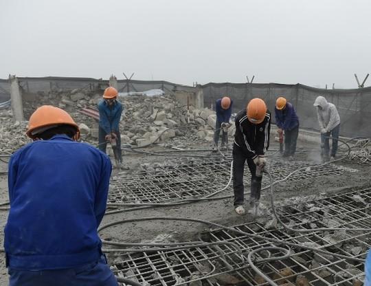 Công nhân tiến hành phá dỡ phần sai phạm tại tòa nhà 8B Lê Trực ngày 6-3 vừa qua - Ảnh: Nguyễn Hưởng