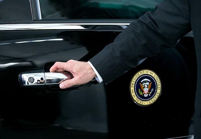 Mở cửa xe cũng có riêng 1 người đảm nhiệm.