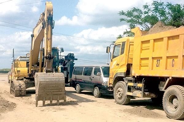 """Doanh nghiệp xây dựng """"nhốt"""" đoàn xe công vụ ở Thái Bình"""