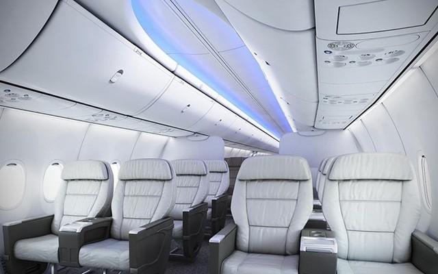 Máy bay được thiết kế thêm một cửa thoát hiểm. Lượng xe đẩy trên B737 Max 200 giảm xuống chỉ còn 5 chiếc, để tăng không gian chứa khách.