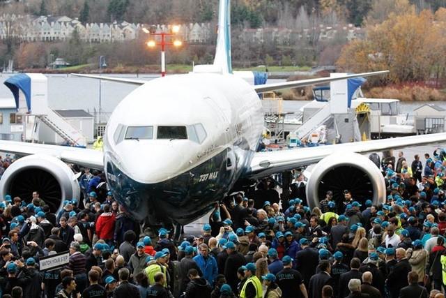 Boeing cho biết, phiên bản này tăng thêm 20% hiệu suất và tiết kiệm chi phí hơn so với các phiên bản 737 trước đó, bao gồm chi phí vận hành thấp hơn 5% so với 737 Max 8.