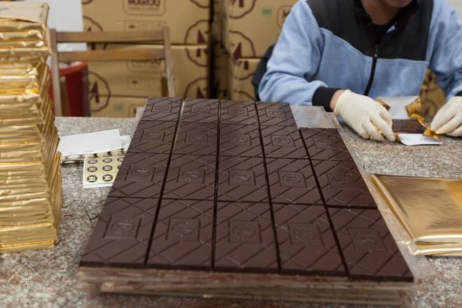 Những thỏi chocolate được sản xuất theo khuôn với tên thương hiệu có chữ M. Ảnh: Beaucacao.