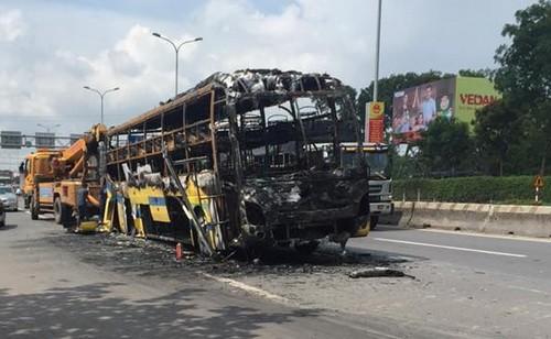 Hiện trường vụ cháy xe khiến hàng chục hành khách thót tim. Ảnh: Thái Hà