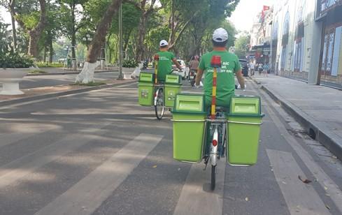 'Bắt chước' công an, môi trường Hà Nội dùng xe đạp dọn rác - ảnh 3